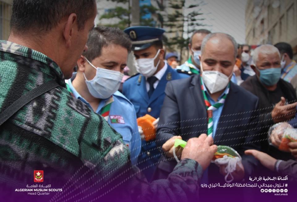 إعطاء إشارة إنطلاق مبادرة توزيع الكمامات و عمليات التعقيم بالسوق المركزي ولاية تيزي وزو
